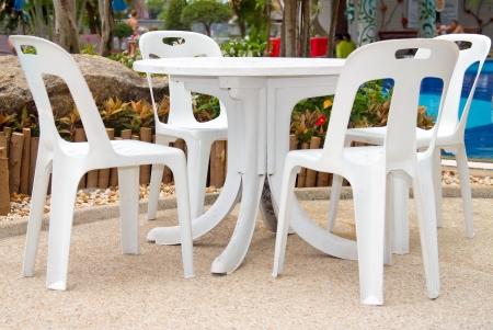 Krzes?a z tworzywa sztucznego i tabeli nad basenem  Zdjęcie Seryjne