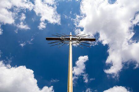 하늘 배경에 십자가