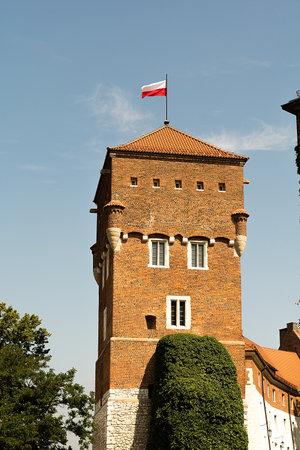 bandera de polonia: Torre del castillo de Wawel en Cracovia (Polonia)