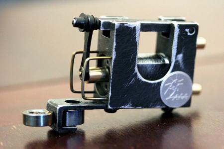 私が手作りの回転式入れ墨機械