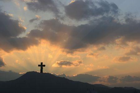radiacion solar: Cruz en la puesta de sol espectacular