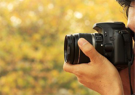 Fotograf biorÄ…c pod A Shoot Z A cyfrowy aparat fotograficzny I A teleobiektyw