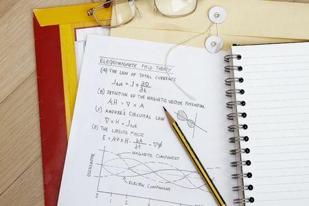 Teoría del campo magnético de electro con esbozo y la ecuación.  Foto de archivo - 6439543