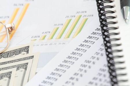 Calculatrice et stylo avec dollars, lunettes et spirale notebook Banque d'images
