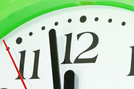 Bijna middernacht concept - handen van tijd bijna