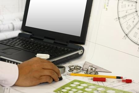 Un ingegnere ingegneria di redazione lavora con monitor vuoto Archivio Fotografico