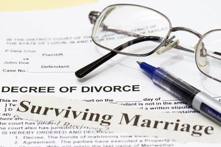 legal document: El matrimonio sobrevivir establecido en un decreto del documento de divorcio Foto de archivo