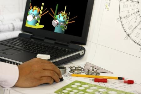 Un ingegnere redazione recipiente a pressione con strumenti di ingegneria