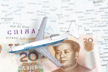 mapa china: China mapa con el juguete de avión y el yuan chino