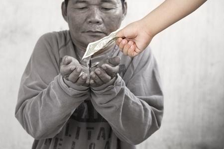 limosna: Por la suciedad de un hombre gitano de recibir limosnas de un niño