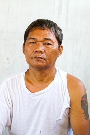 hombre pobre: personas sin hogar viejo asiático y el trabajo no