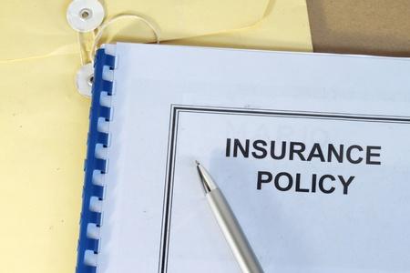 forma: biztosítási kötvény mappát íróasztal irodai tollal és barna borítékban