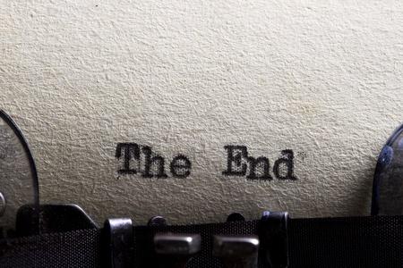 typewriter: El extremo escrito en una máquina de escribir y papel viejo
