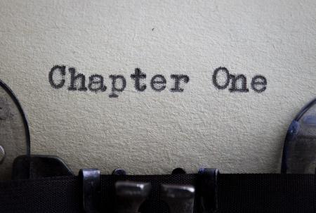 typewriter: El cap�tulo uno typewitten en un papel de �poca a partir de una historia o un concepto novedoso.