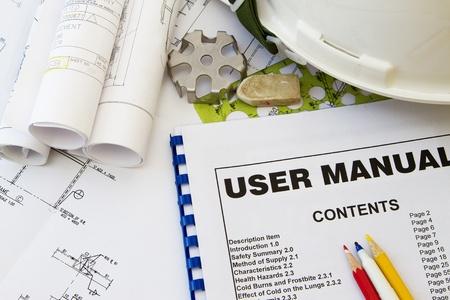 Manual de instrucciones y herramientas de ingeniería con casco