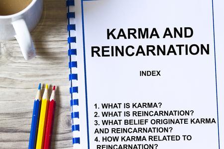 Concetto di Karma e Reincarnazione - con argomenti su una copertina di una conferenza. Archivio Fotografico - 83418952