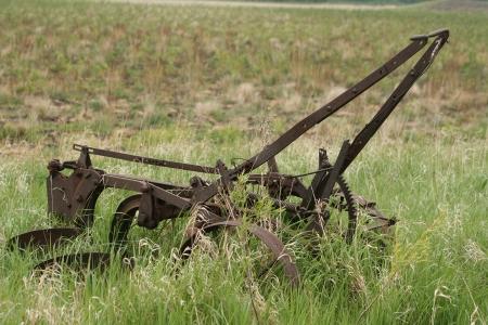 위니펙, 매니토바, 캐나다에서 봄에 농민 필드에서 포기 골동품 두 공유 쟁기
