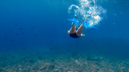 A girl is diving in the blue sea.Beautiful scene of underwater activity. Banque d'images - 109202760