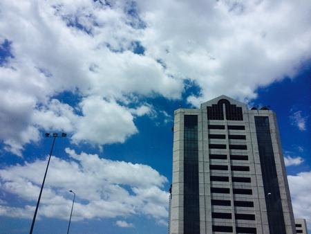vue ville: Le ciel bleu et nuages ??blancs avec vue sur la ville