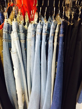 jeans apretados: vaqueros colgar en tienda de tela Foto de archivo
