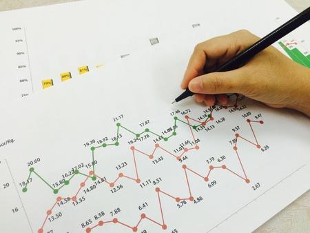Wirtschaftlicher Erfolg Konzept der Hand auf garph Leistungsbericht Standard-Bild