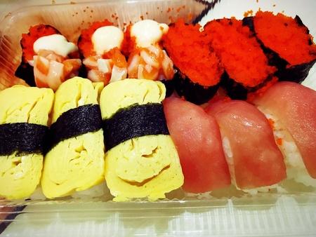 Cerrar buffet de sushi y sashimi en el restaurante nocturno