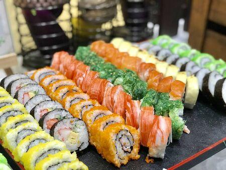 Buffet de shushi y sashimi en el restaurante nocturno