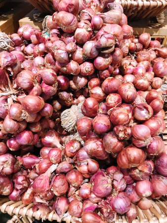 close up shallots in wood basket, sell in the food market, Agricultural products concept Imagens