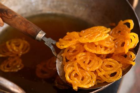 Heerlijke jalebi braden in olie pan