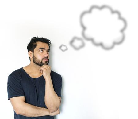 preguntando: Los hombres indios jovenes que piensan de la burbuja de pensamiento sobre fondo blanco