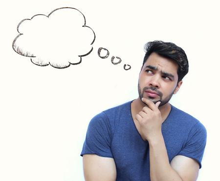 preguntando: Hombre de pensamiento joven indio de la burbuja de pensamiento sobre fondo blanco Foto de archivo