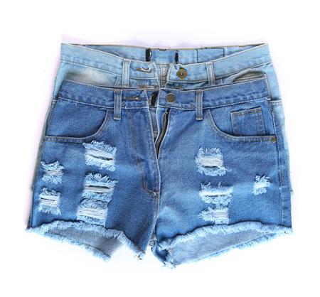 in jeans: moda pantalones cortos, jeans, pantalones, ropa sobre un fondo blanco Foto de archivo