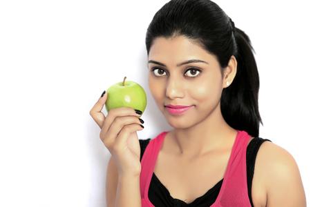 Belle jeune femme indienne en bonne santé. Régime. Isolé sur fond blanc.