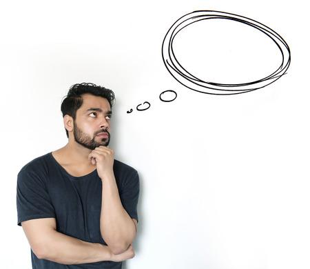 hombre pensando: Hombre de pensamiento joven indio de la burbuja de pensamiento sobre fondo blanco Foto de archivo