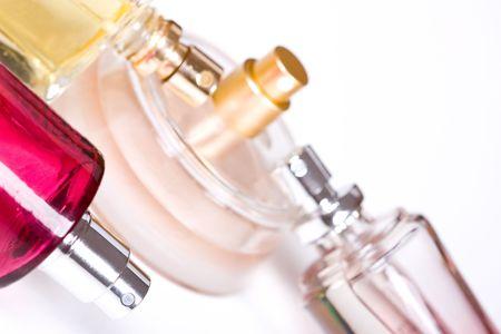 bouteille de parfum sur fond blanc