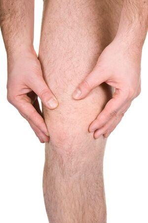 articulaciones: rodilla masculina sobre fondo blanco