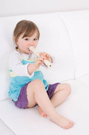 toddler dolce bambina con strumento