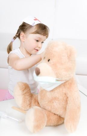 petite fille m�decin avec ourson  Banque d'images
