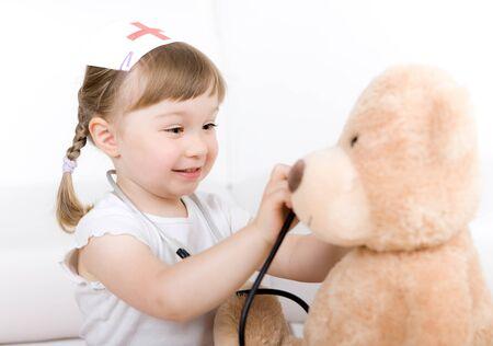 nurse uniform: poco m�dico de chica, con el oso de peluche  Foto de archivo
