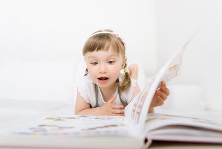 Sweet petite fille heureuse livre de lecture.  Banque d'images
