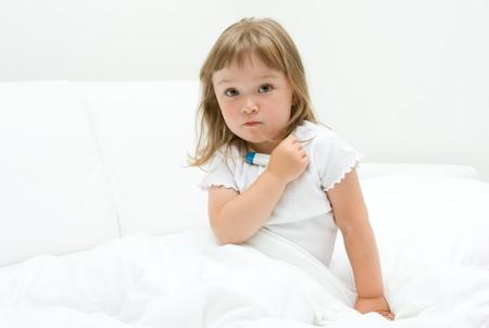 fille de malades litttle sur le lit  Banque d'images