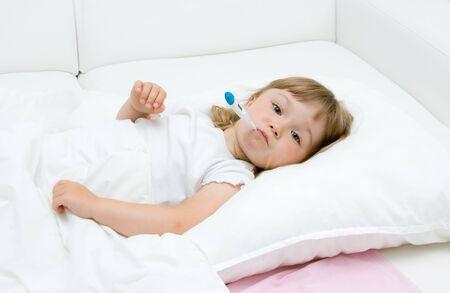 fille de malades litttle sur lit