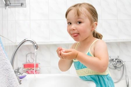 heureuse de petite fille dans les toilettes
