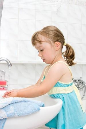 heureuse de petite fille dans la toilette  Banque d'images