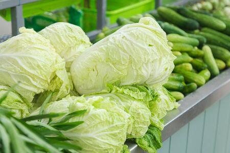 Repollo con otras verduras en frente de la tienda en el mercado. Foto de archivo