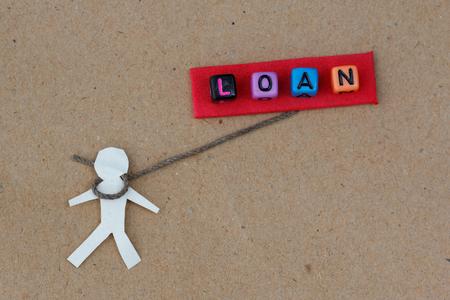 ser humano: Humana cortada con una cuerda alrededor de su cuello con el préstamo de texto. Concepto de ser humano encadenado por préstamo y la crisis financiera. Foto de archivo