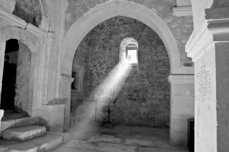 monasteri: raggio di sole all'interno della chiesa attraverso la finestra