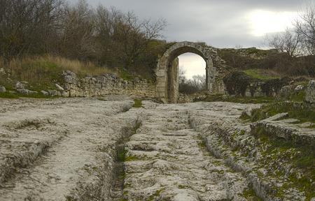 antica strada per la città grotta in montagna Archivio Fotografico