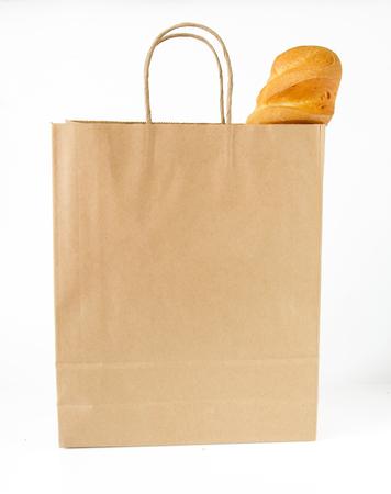 bolsa de pan: hogaza de pan blanco, empaquetado en una bolsa de papel sobre fondo blanco