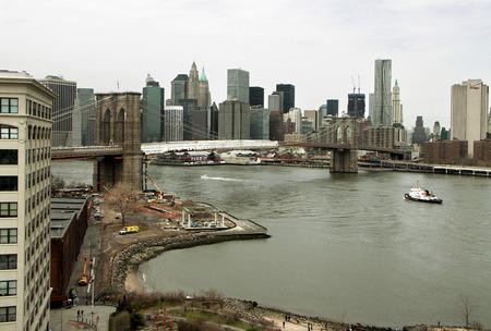 ニューヨーク - ブルックリン橋東川より低いマンハッタンのスカイライン。